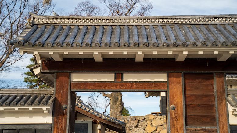本丸へ入る重要な入り口です。 この門を入るとかつては本丸御殿がありました。本丸御殿に通じる格調高い正式な門という意味で、当時の最高の色調である黒の名を冠して「黒門」と呼んだと考えられています。